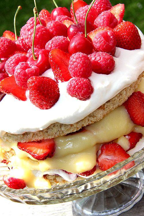 Sommartårta med jordgubbar, hallon och körsbär
