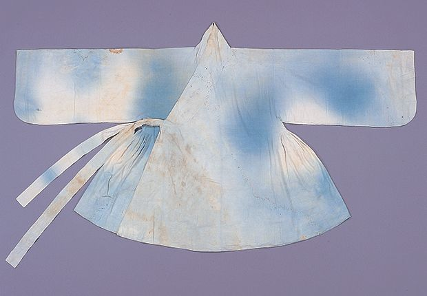 Aekjureum (Lined cotton coat with underarm pleats) belonging to  Lee Eon-ung of the Gwangju Lee clan. Ca. 1550. Important Folklore Material No.114.  Believed to have been dyed indigo blue originally, the sleeves are straight from the underarm save for the curved sleeve end. The breast tie attached outside is long enough to wrap around(112x7cm). At the Dankook University Seok Juseon Memorial Museum.