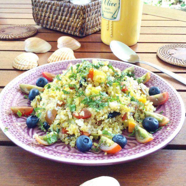 Ensalada de quinoa con verduras, arándanos y hierbabuena