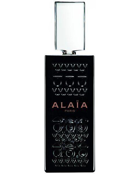 ALAÏA PARIS Extrait de Parfum ist die Essenz von Alaïas olfaktorischen Gegensätzen. Der Flakon ist ein wahres Kunstwerk aus transparent-schwarzem Glas, der sich mit dem emblematischen Alaïa Lasercut-Muster schmückt. Der kristalline Verschluss verbirgt einen Glasapplikator für die luxoriöse Anwendung auf der Haut.