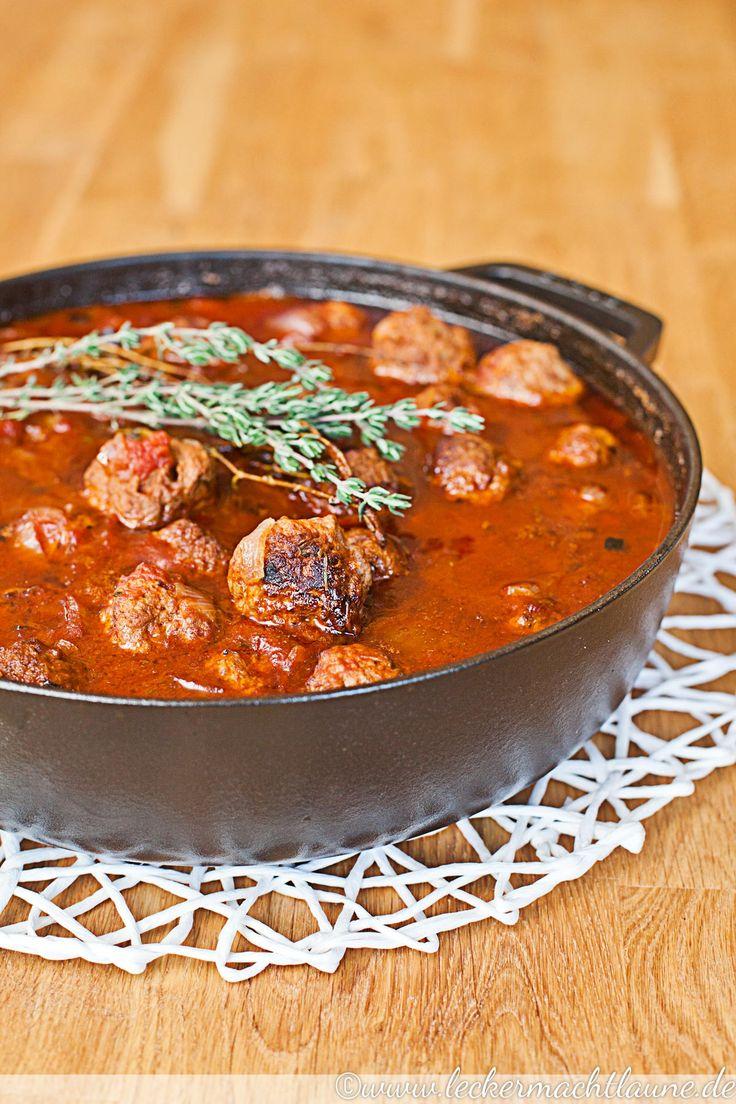 Fleischbällchen in Tomatensauce sind super lecker und passen sehr gut zu Kartoffelbrei, Pasta oder auch einfach nur Brot.