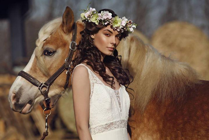 Il nuovo #toptrend per il tuo matrimonio estivo: lo stile bohemien, romantico e fresco che sta bene a tutte, in stile gypsy e con tanti fiori tra i capelli! Scopri i dettagli su Hairadvisor!  #gallery #matrimonio #estate2017 #gypsy