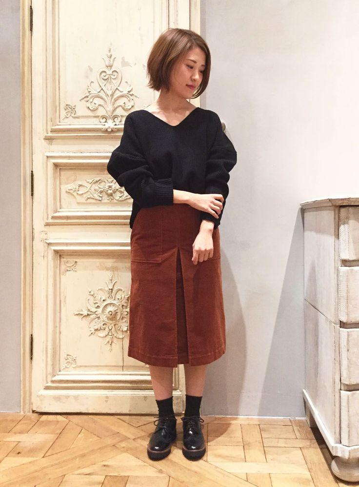コーデュロイで大人コーデ 旬のテラコッタカラーをスカートでON!カジュアルになりがちなコーデュロイ素材は、黒ニット&レースアップシューズで大人っぽく引き締めて♪