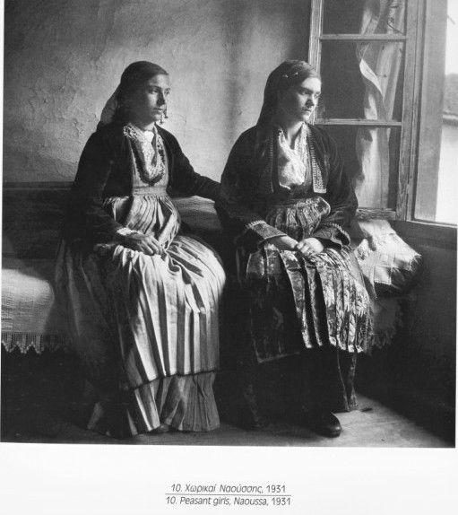 Μαρία Χρουσάκη-Γεννήθηκε στην Σμύρνη. Σπούδασε ζωγραφική στο εργαστήριο του Παύλου Μαθιόπουλου. Το 1926 αποφοίτησε από την Σχολή Εθελοντριών Αδελφών του Ελληνικού Ερυθρού Σταυρού, τον οποίο και υπηρέτησε για πολλά χρόνια. Με τις διάφορες αποστολές του Ερυθρού Σταυρού γύρισε όλη την Ελλάδα χρησιμοποιώντας το μέσο της φωτογραφίας σαν προσωπικό τρόπο έκφρασης αλλά και ως μαρτυρία για τα όσα βίωνε.