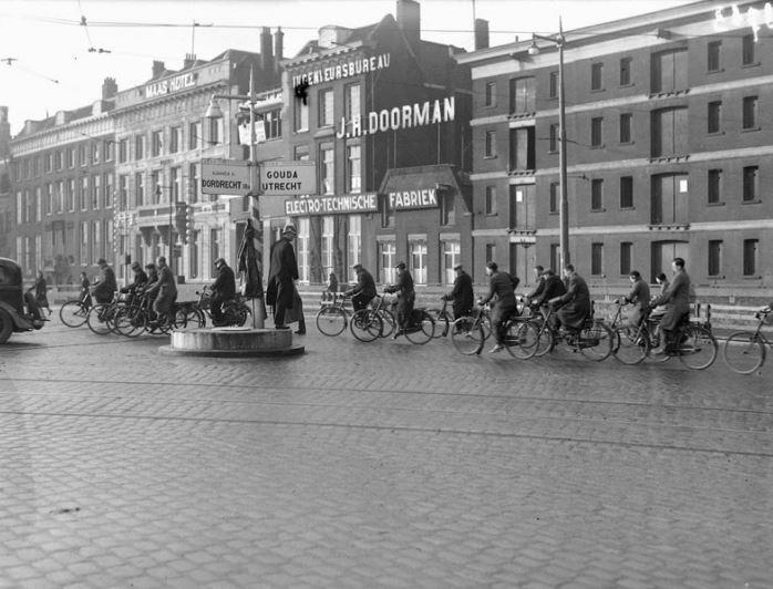 1935,De Boompjes ter hoogte van de oprit naar de Willemsbrug