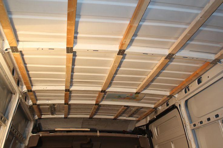 Nous avons commencé à travailler sur l'isolation de notre camion en posant les lattes de bois qui servirons à fixer l'isolant mince.