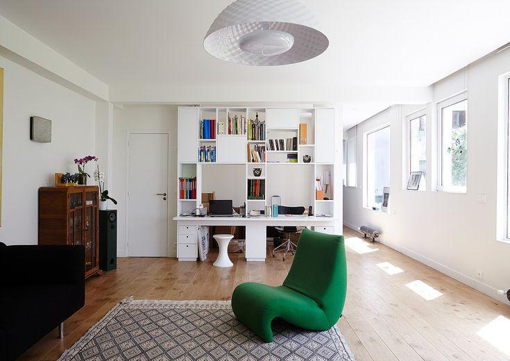 Direction le 18e arrondissement de Paris pour découvrir la rénovation de cet ancien local commercial long et étroit (32mx5m) en un appartement familial par Giulia Rizza. Le projet devait dépasser une double contrainte : d'un coté la présence d'un long mur pignon et de l'autre, l'ouverture complète sur un jardin en coeur d'ilot avec un fort vis-à-vis. Le parti pris : tout l'appartement est distribué par un couloir qui sert de filtre, protège les espaces privatifs du vis-à-vis tout en…