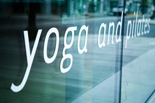 How to find a local yoga class using the best online resources, including teacher directories and specialized sources for different types of yoga.
