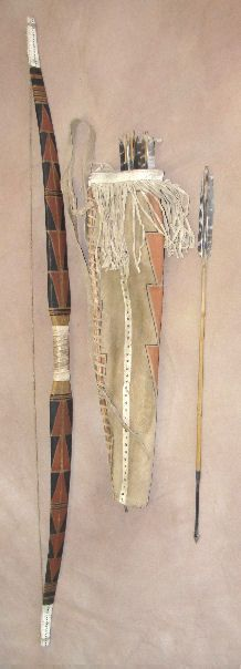 """Arc yurok  de la Californie ( typique de ceux que l'on trouve sur la côte Pacifique jusqu'en Alaska), long d'1,45 m en bois d'if surnommé """"bois d'arc""""en raison de sa flexibilité exceptionnelle. L'arc est renforcé avec du cuir et du tendon de cerf. Carquois en cuir. [le bois d'if, toxique, était aussi utilisé par les gaulois pour tailler leurs flèches]"""