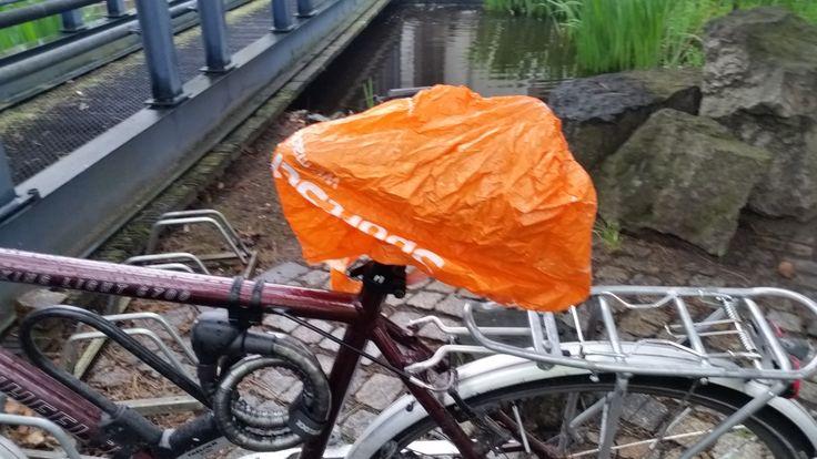 Sehen Sie, wie ich selbst mit dem Fahrrad zur Arbeit fahre. Richtige Kleidung und Ausrüstung für Regenwetter hilft mir auch die Bahnstreiks der GDL gelassen zu ertragen.                &nb