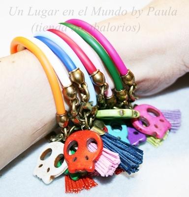 Pulseras con calaveras y caucho de  colores. Los materiales de estas pulseras en nuestro blog: http//:unlugarenelmundobypaula.blogspot.com