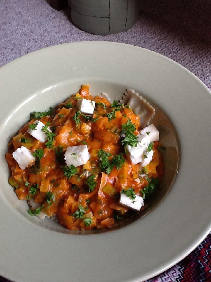 Ravioli, saus van gorgonzola en tomaten frito, prei en peterselie