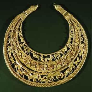 Accesorio utilizado por las reinas del antiguo Egipto hecho en oro. El estilo del collar es uno muy característico de las reinas en Egipto y nos muestra la forma en que los egipcios hacian las cosas por la gran cantidad de detalles que tenia cada pieza que escultían.