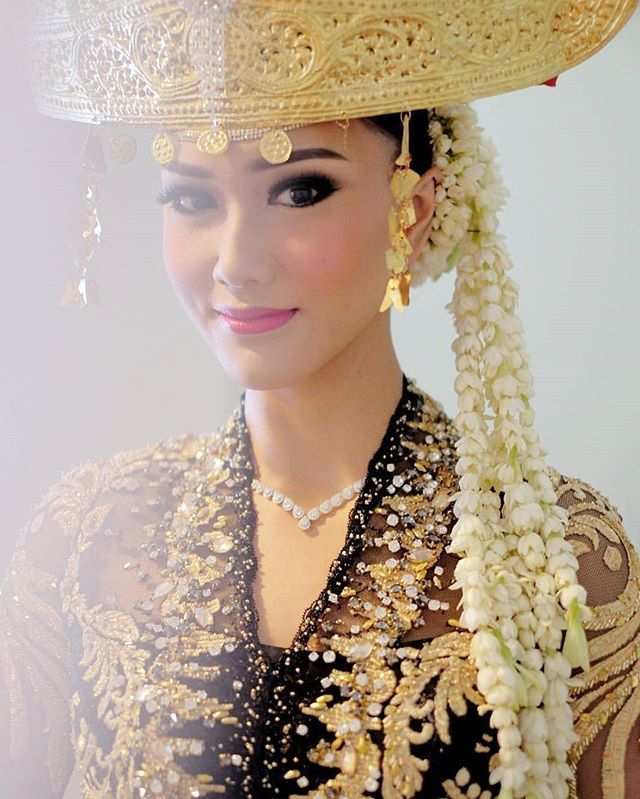 Planning to incorporate traditional Lampung culture to your wedding? This bridal look could be a suitable choice for you! The mixture of strong eye makeup with pink lips really builds a modern and chic feel. Who agrees? Show some love!  Adat by Beringin Asri Lampung Makeup by and photo via @adiadrian_ds  Follow our sister accounts for daily wedding inspirations:  @thebridestory  @thewedlist  @weddingdream  @styleweddings