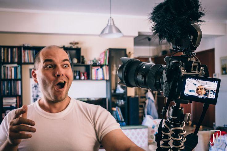Αν θέλεις να δημιουργήσεις μια παρουσία του εαυτού σου στο διαδίκτυο, υπάρχουν δύο τρόποι: #blogging ή #vlogging. Αλλά ποια είναι η διαφορά μεταξύ τους και ποιο κομμάτι να προτιμήσεις;