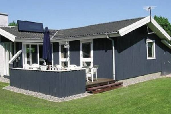 Hübsches Holzhaus im Ferienhausgebiet Stoense Udflytter. Dieser neumodernisiert, schöenes Ferienhaus liegt an ein 1400 m2 naturgrundstück nur 300 m von die Wasser.