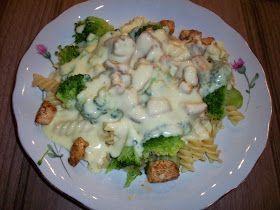 Makaron z brokułami i sosem beszamelowo - serowym