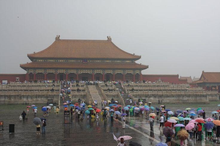 A Cidade Proibida, localizada no coração de Pequim, é um complexo arquitectónico imperial onde durante 500 anos reinaram 24 imperadores chineses. A Cidade Proibida foi concluída em 1420 e deve o seu nome ao facto de no seu interior o imperador ser o único homem existente. Todos os outros residentes do sexo masculino tinham que …