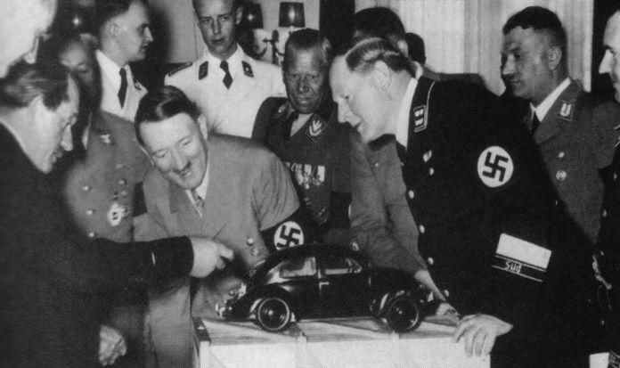 Hitler y la SS mirando un modelo a escala