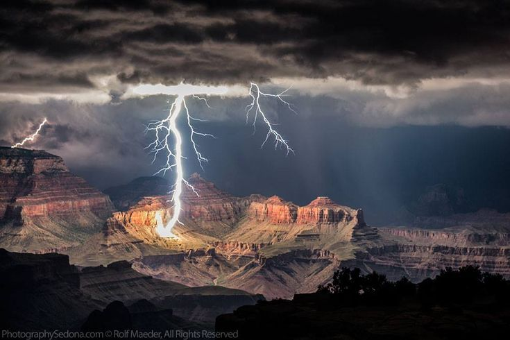 Lightning hits the Grand Canyon. La foudre frappe le Grand Canyon
