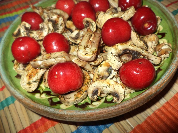 Ciuperci La Gratar Cu Cirese / Grilled Mushrooms With Cherries https://vegansavor.wordpress.com/2015/06/18/grilled-mushrooms-with-dill-cardamon-and-cherries/ #vegan #ciuperci #cirese #mushrooms #cherries