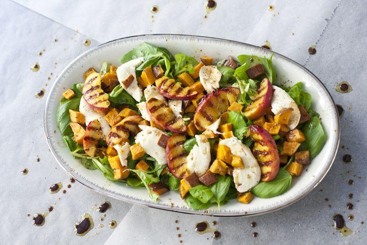 Zomerse salade met gegrilde perzik en zoete aardappel