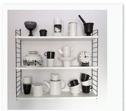 Pieni string-hylly keittiön seinälle