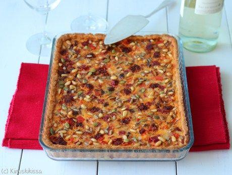 Vinkki: Espanjalainen Chorizo-makkara on valmistettu ilmakuivaamalla tai savustamalla. Makunsa ja värinsä se saa jauhetusta paprikasta ja tulisuutensa chilistä. Chorizon tilalla piirakassa voi käyttää pepperonia, meetvurstia tai savukinkkua. Espanjalainen mausteinen chorizo-piirakka Pohja: 4 ½ dl täysjyvävehnäjauhoja 150 g voita tai margariinia ½ dl vettä Täyte: 1 punainen paprika 1 sipuli 150 g chorizo-makkarasiivuja 100 g Mustapekka […]