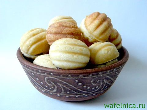 Домашнее рассыпчатое печенье орешки с кремовой начинкой внутри, можно легко и быстро приготовить при помощи электрической орешницы или на газу.