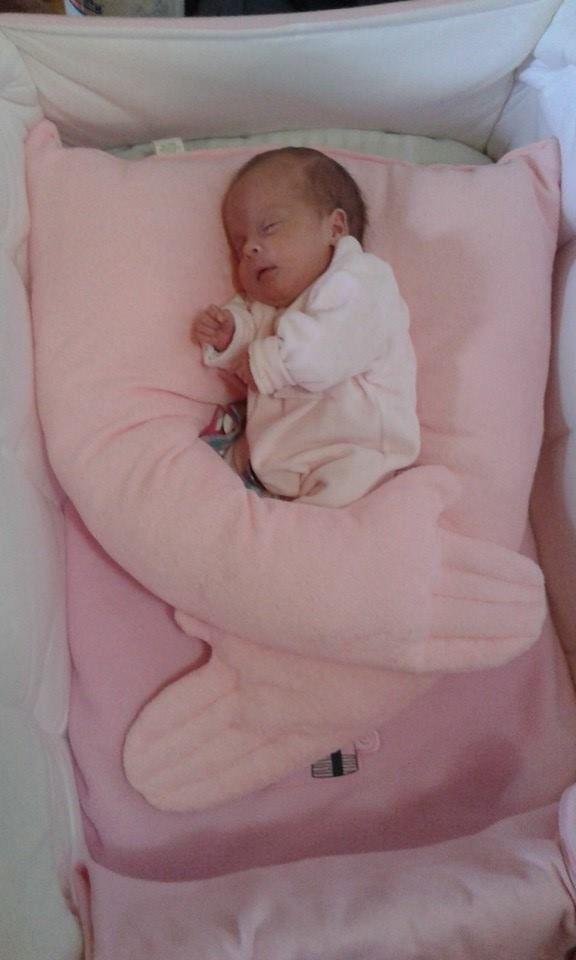 fotos reales de bebes que disfrutan de nuestros almohadones abrazandote. originales de verde hipo deco.