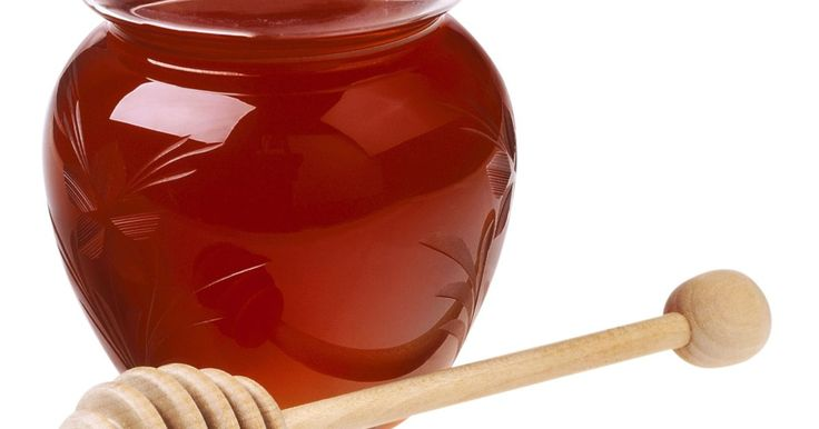 Cómo hacer un champú de miel. Las personas buscan evitar los productos químicos del champú que se vende en la tienda; si eres una de ellas, puedes hacer tu propio champú en casa con ingredientes naturales. La miel es un ingrediente comúnmente usado en champús debido a sus propiedades hidratantes. Hay varias recetas para hacer uno de miel; todo lo que se requiere son unos pocos ...