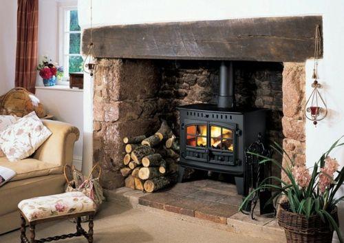 Kaminofen und Kamineinsatz traditionell einrichtung brennholz