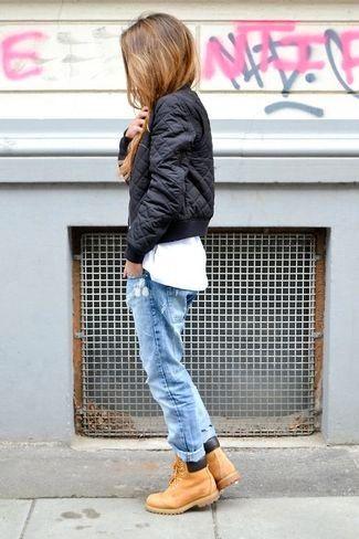 Schwarze gesteppte Bomberjacke, Weißes T-Shirt mit Rundhalsausschnitt, Hellblaue Boyfriend Jeans mit Destroyed-Effekten, Beige Lederstiefel für Damenmode
