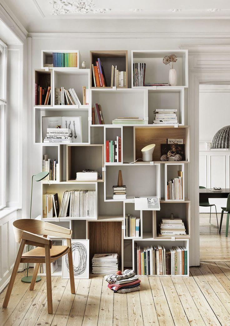 Pile di libri per decorare, disordine apparentemente casuale che è, invece, studiatissimo. Ecco i passi per abbandonare la logica dello scaffale modulare