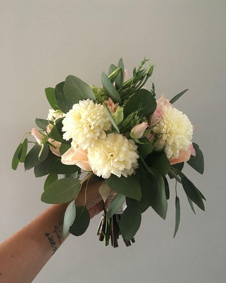 CBR460 wedding Riviera Maya messy bouquet with white and light pink flowers/ ramo con flores blancas y rosa claro con follaje