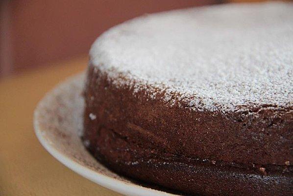 """750g vous propose la recette """"Gâteau à la mousse au chocolat gourmand"""" notée 4.1/5 par 236 votants."""