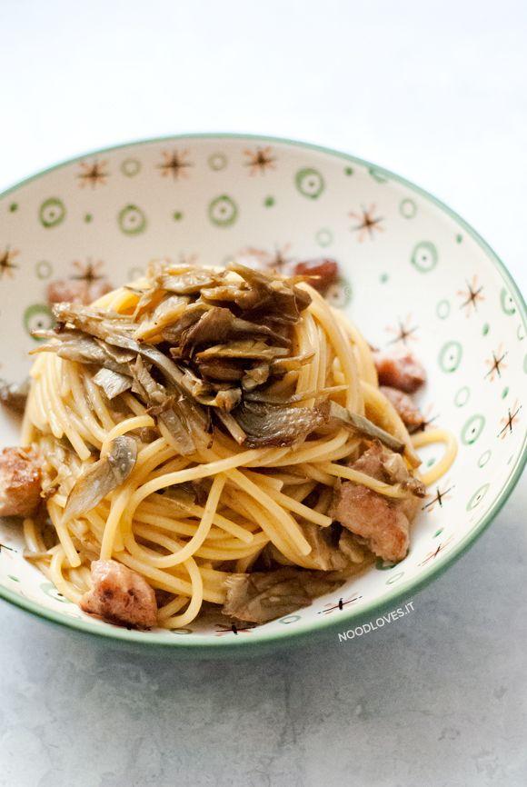 Una ricetta golosa, ricca di sapore e dall'effetto sorpresa! Spaghetti ai carciofi, morbidi e cremosi, con crumble di salsiccia, pinoli e uvetta. Una bontà!