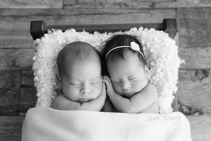 Amor de irmãos!! Manuela e Luca, 26 dias #newborntwins #twins #gemeos by @lauraalzueta