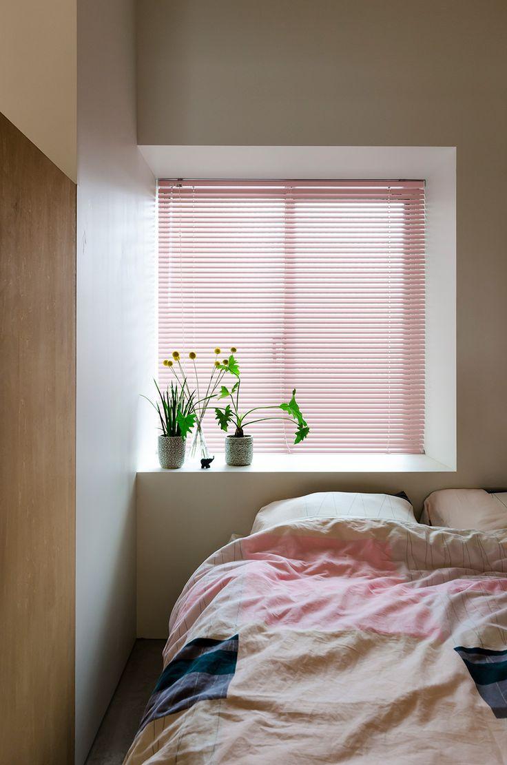 寝室の窓はカーテンではなくブラインドを設置。