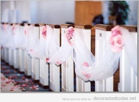 Decoración con tul de bancos de iglesia para bodas