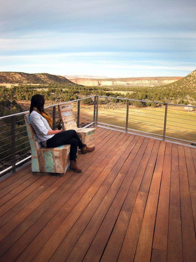 Balkon mit aluminium-geländer warmes Holz-Stühle-Aussicht