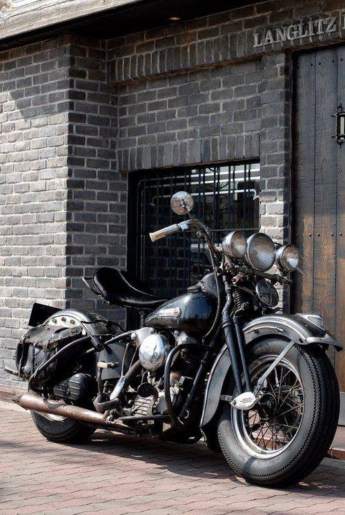 Por las alforjas, diría que es una Harley Davidson, pero en realidad no sé.