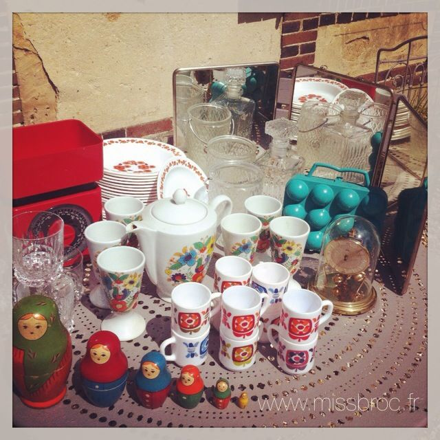Miroir Triptyque Barbier, Assiette arcopal, poupees russes, tasses mobil, boite à oeufs, pendules 400 jours, verres a whisky, balance rouge teraillon, bouteille de whisky, seau à glaçons...