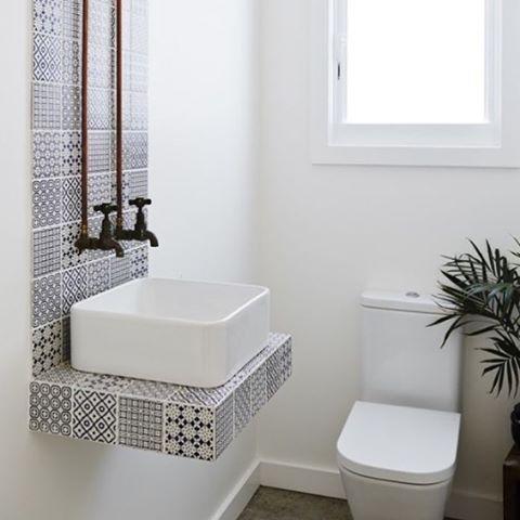 Ideia pra #lavabo ultra descolada! Deixar o encanamento aparente e criar uma…