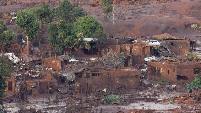 Le village de Bento Rodrigues touché par un tsunami de déchets miniers boueux après la rupture d'un barrage de la compagnie Samarco, le 6 novembre 2015 au Brésil
