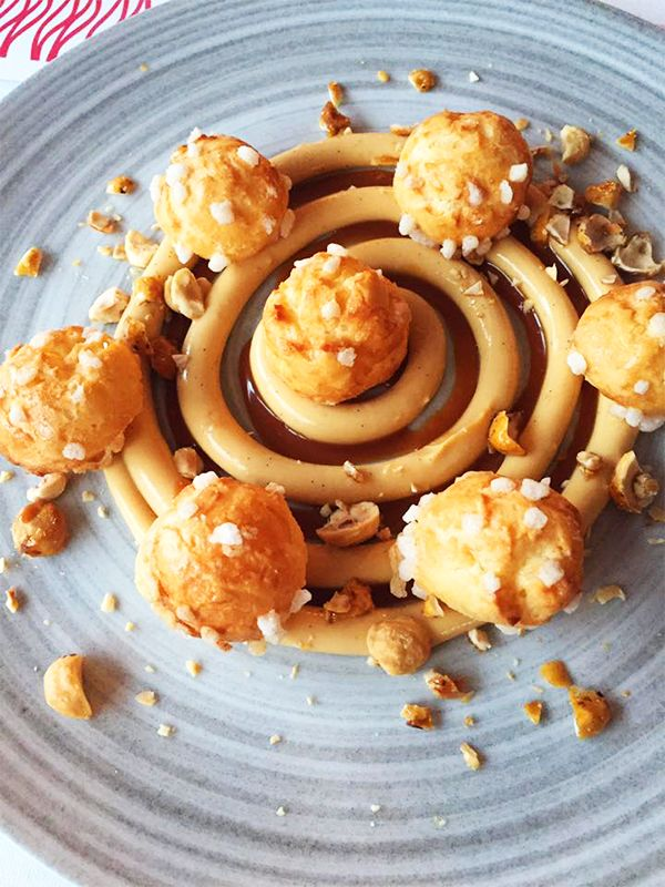 Chouquettes, caramel beurre salé à savourer au restaurant le River Café à Issy-les-Moulineaux (92130) #food #dessert #chouquette #caramel #beurresale