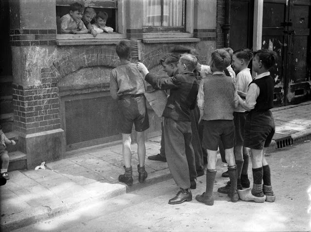 1947. Luilak, a tradition to wake up people very early in the morning on Saturday before Pentecost #amsterdam #1947