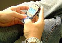 Membuka ponsel pasangan