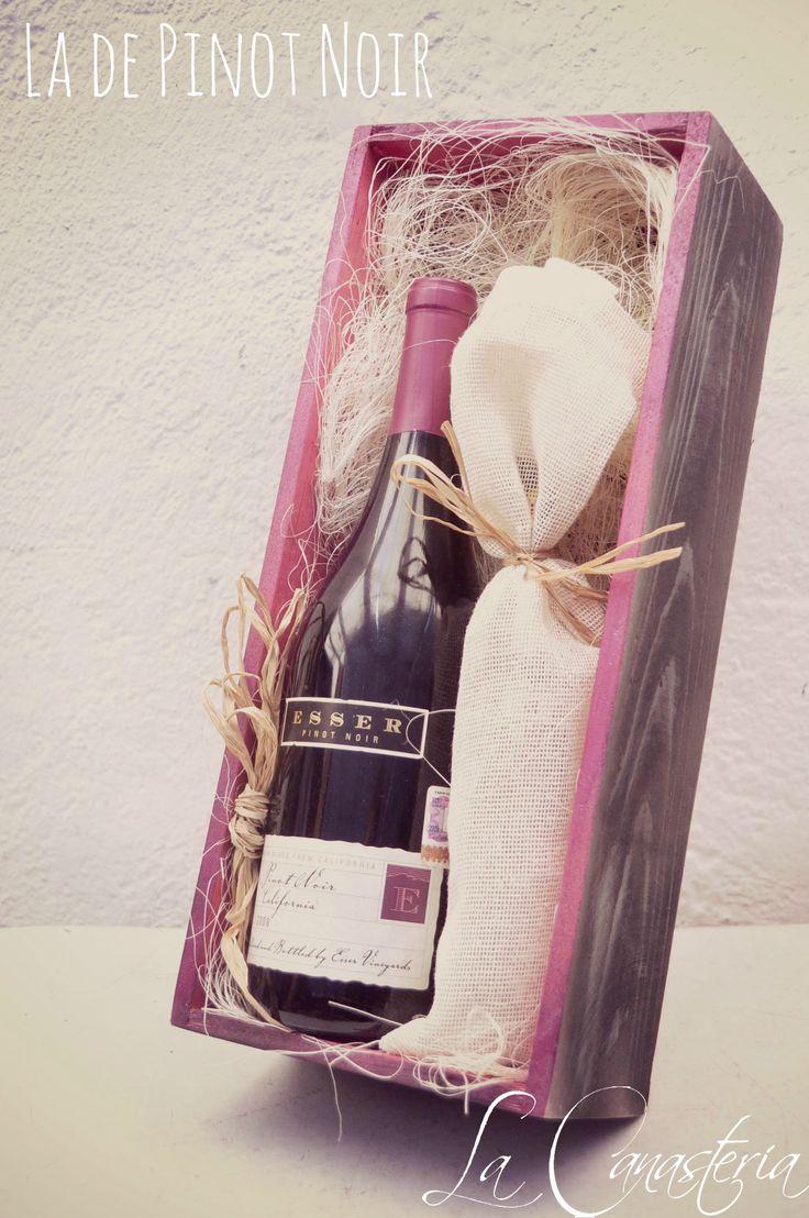 La de Pinot Noir: un arreglito de vino con arte y diseño perfecta para aquellas empresas en búsqueda de regalos corporativos para mujeres con toques finos y creativos. Incluye delicioso tinto californiano Pinot Noir y Chorizo de Fuet con toques suaves de Higo en bolsa de tela. Recuerda que entregamos pedidos mayoristas y minoristas a toda la república. $590 Pesos (Precio Incluye IVA) Aplicamos descuentos mayoristas