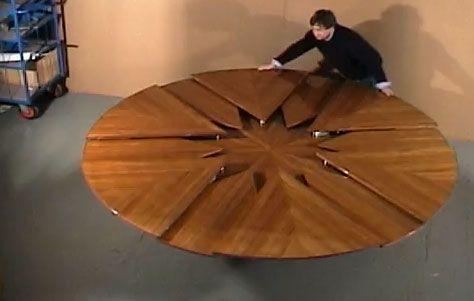 The Fletcher Capstan Table. Il designer David Fletcher ha realizzato un tavolo rotondo in legno massello che si trasforma in uno più grande (da 6 a 12 posti), e viceversa, in un semplice passaggio e in pochissimi secondi. Il tavolo si può richiedere direttamente qui. Via walyou.com